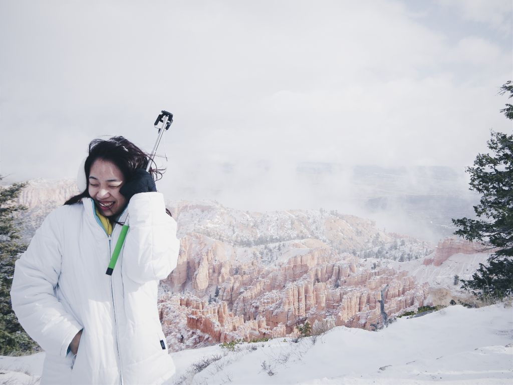 A girl's day at #brycecanyon featuring a selfiestick and a wind too strong 💨💫 #wppwindy #windysmile #whiteworld #snow #nationalpark